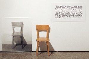 """Instalação de Joseph Kosuth, chamada One and Three Chairs, 1965. O artista expõe uma fotografia de uma cadeira, uma definição de dicionário e a própria cadeira. Peraí, o que é mesmo """"realidade""""?"""